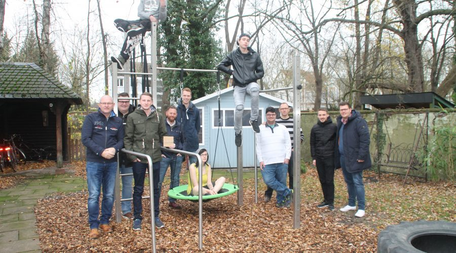 Gruppenbild mit den beteiligten vor dem fertigen Klettergerüst