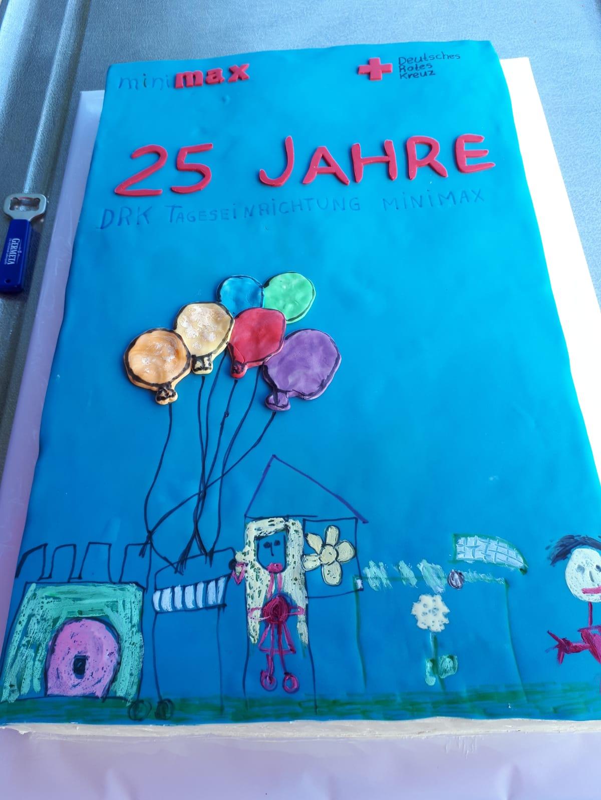 Dargestellt ist eine Torte mit dem Text 25 Jahre DRK Tageseinrichtung Minimax